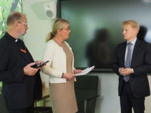 Ympäristöministeri Kimmo Tiilikainen otti vastaan järjestöjen Ilmastojulistuksen. Kuva: Heidi Moisio / SLL
